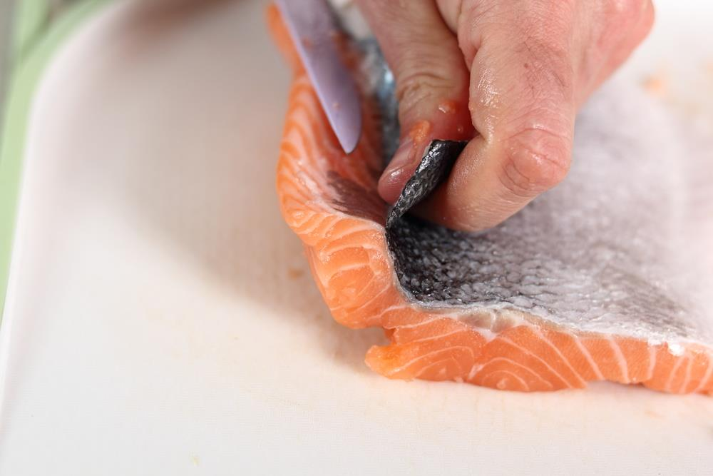 How to take off skin from salmon
